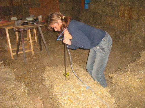 Stro stapelenWe hadden een enorme naald gemaakt van ijzer die we door de pakken konden steken met een touw waardoor we de pakken kleiner konden maken.
